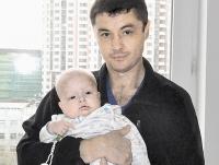 Егорка Сергеев у папы на руках