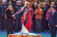 Владимир Путин зажигает чашу Олимпийского огня на Красной площади
