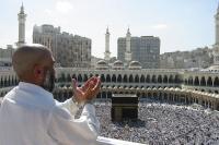 Хадж. Молящийся у Масджид аль-Харам (мечети, построенной вокруг Каабы)