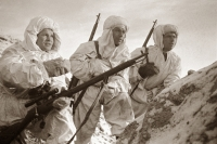 Снайпер Герой Советского Союза Василий Зайцев (слева) объясняет новичкам предстоящую задачу.