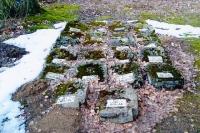 Полуразрушенные надгробия в Тухоли.