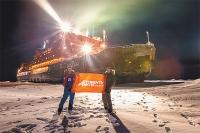 Флаг «АиФ» на Северном полюсе в руках участника международных экспедиций Виктора Боярского (слева) и журналиста Игоря Никифорова.