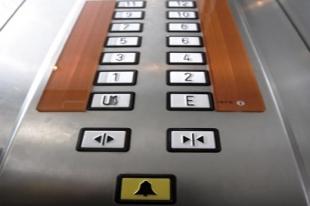 В Челябинске сорвался лифт вместе с электромонтером