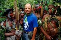 Я. Палкевич среди новых друзей на западе Папуа - Новая Гвинея.