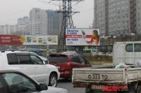 Две беды большого города - автомобили и уйма рекламы.