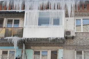 Челябинская пенсионерка получила травму из-за снежной наледи на крыше