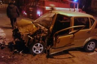 Челябинский водитель Mercedes врезался в железобетонное ограждение