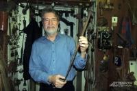 Евгений Канаев показывает самый большой ржавый гвоздь в своей коллекции.