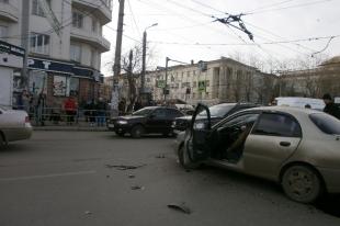 В центре Челябинска из-за ДТП дорога оказалась залита топливом