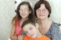 Воспитатель детского дома Татьяна Зяблинцева с детьми.