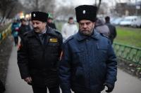 Участники казачьей дружины патрулируют улицы в районе станции метро «Люблино» в Москве.