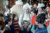 Дед-Мороз, Снегурочка и Снеговик среди московских школьников на празднике Новогодней елки в Кремлевском Дворце съездов, 1971 год.