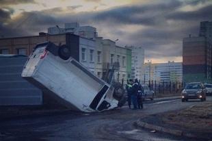 В Челябинске автофургон застыл на лобовом стекле после ДТП. Фото