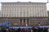 Участники митинга «За европейскую Украину» за подписание соглашения об ассоциации с Евросоюзом с плакатом «Люби Украину или иди вон!» у здания Киевского городского совета на улице Крещатик.