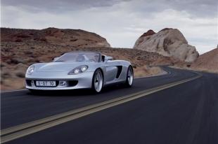 Porsche, вылетевший на челябинскую остановку, свалил ограждение на пешехода