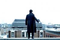 Шерлок Холмс выживал не только после падения в водопад, но и с крыши высотки. Кадр из сериала «Шерлок». 2012 год.