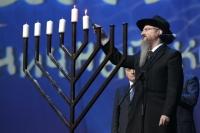 Главный раввин России Берл Лазар зажигает свечу.