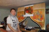 Ника рисует иконы на импровизированном втором этаже десятиметровой комнаты, где она живет с мужем и ребенком.