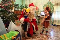Дед Мороз и его юные мастеровые.