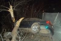 Водитель автомобиля Audi-80 не справился с управлением и врезался в дерево