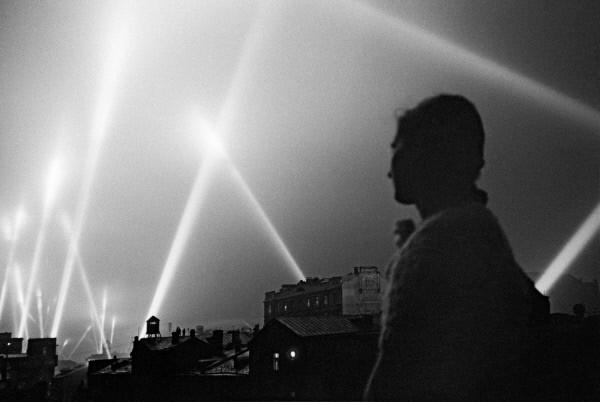 Лучи прожекторов войск ПВО освещают небо Москвы. Москва, июнь 1941 год.