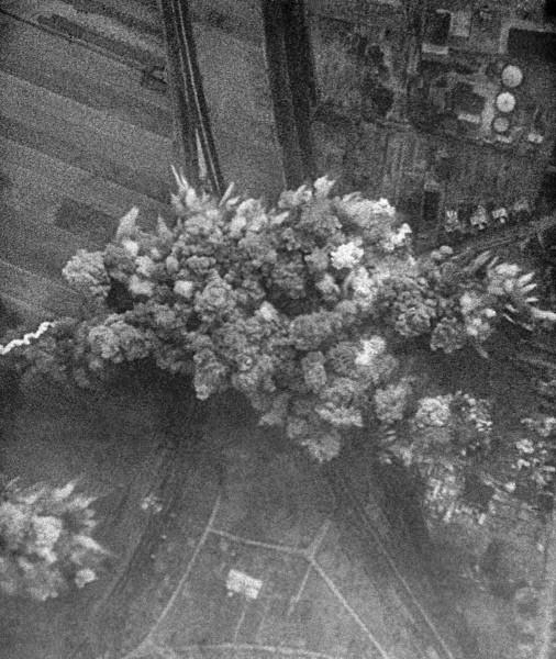 """В 1940 году Адольф Гитлер подписал основную директиву N 21 под кодовым названием """"Барбаросса"""". 22 июня 1941 года немецкая авиация бомбит советские города. Германия начала войну против СССР."""