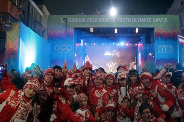 Команда сборной России на церемонии закрытия Первых зимних юношеских Олимпийских игр на площади в центре Инсбрука.
