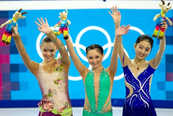 Лучшие результаты в женском одиночном катании в произвольной программе показали россиянки Аделина Сотникова, Елизавета Туктамышева и китаянка Ли Цзыцзюнь (слева направо).