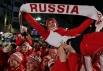 Российская фигуристка Мария Симонова (в центре) на церемонии закрытия Первых зимних юношеских Олимпийских игр на площади в центре Инсбрука