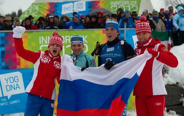 Российские биатлонисты Наталья Гербулова, Алексей Кузнецов, Иван Галушкин и Ульяна Кайшева (слева направо) узнали о своей дисквалификации уже после того, как отпраздновали удачный финиш (российские спортсмены финишировали вторыми).