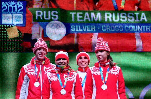 Серебряный призер в смешанной эстафете по лыжным гонкам и биатлону на I зимних юношеских Олимпийских играх - сборная России, состоящая из биатлонистов Ульяны Кайшевой (справа), Ивана Галушкина (второй справа) и лыжников Анастасии Седовой (вторая слева) и