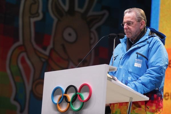 Президент Международного олимпийского комитета (МОК) Жак Рогге выступает во время церемонии закрытия Первых зимних юношеских Олимпийских игр на площади в центре Инсбрука.