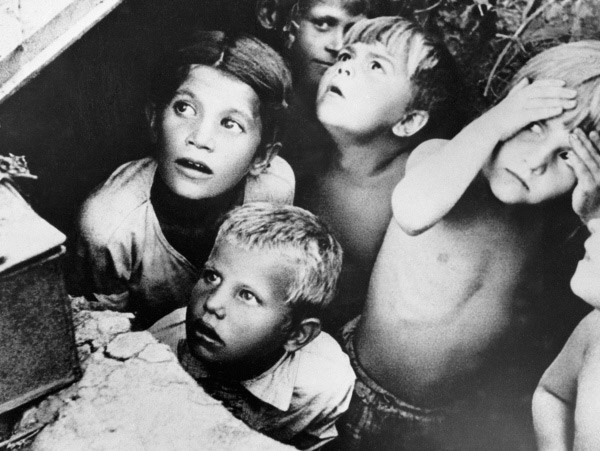 Советские дети во время фашистской бомбежки под Минском в первые дни войны. 1941
