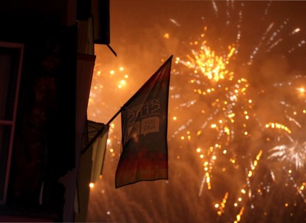 Салют во время церемонии закрытия Первых зимних юношеских Олимпийских игр на площади в центре Инсбрука.