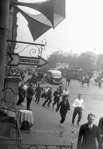 Ленинградцы бегут по улицам города в первые дни войны. 1941