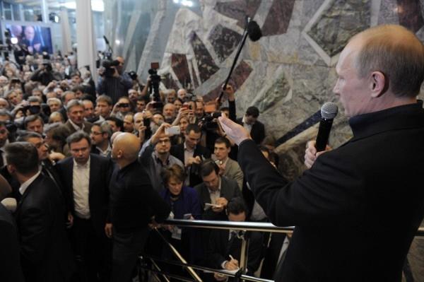 Владимир Путин во время общения с доверенными лицами в своем избирательном штабе.
