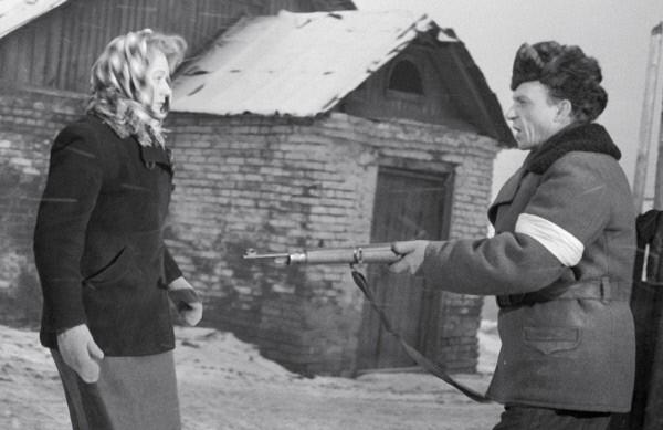 В роли Ани на съемках фильма «Вызываем огонь на себя». В роли полицая Поворова - ктер В. Коссач