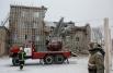 Сотрудники МЧС работают на месте обрушения части многоэтажного офисного здания в Челябинске. Предположительно, обрушение произошло в результате ремонтных работ.