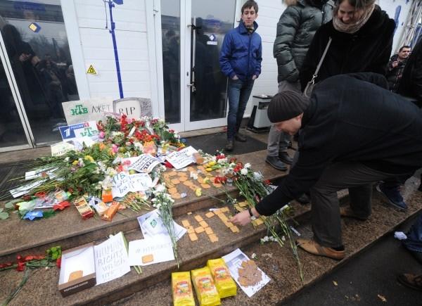 Под лозунгом «Позор НТВ» участники пикета несли к офису телеканала цветы и печенье. Таким образом оппозиционеры «хотели вернуть долг НТВ-шникам», которые «утверждали, что митингующие продались всем за пачку печенья».