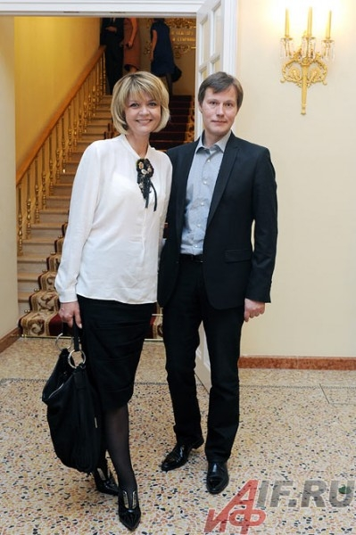 Актер Игорь Гордин, вручавший премию победителям в драматическом конкурсе, пришел на церемонию с супругой Юлией Меньшовой.