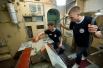 """Учащиеся внутри макета орбитальной станции """"Мир"""" в Космоцентре в Центре подготовки космонавтов имени Ю.А. Гагарина."""