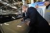 После торжественного запуска нового конвейера Путин оставил автограф на капоте первой Lada Largus.