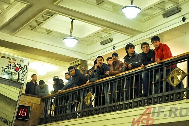 Мигрантам приезжающим на Казанский вокзал из Средней Азии, их земляки продают поддельные регистрации.