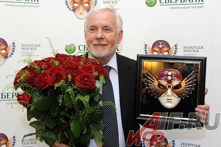 Актеру Калужского драматического театра Михаилу Пахоменко зал аплодировал стоя, ведь вручали почетную награду «За выдающий вклад в развитие театрального искусства».