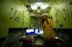 """Учащаяся внутри макета орбитальной станции """"Мир"""" в Космоцентре в Центре подготовки космонавтов имени Ю.А. Гагарина."""