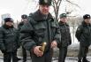 Сотрудник полиции держит в руках бутылку шампанского для главы республиканского МВД Асгата Сафарова, переданную одним из участников акции протеста против полицейского произвола у здания МВД Татарстана в Казани.