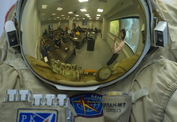 Затяния по изучению скафандра в Космоцентре в Центре подготовки космонавтов имени Ю.А. Гагарина.