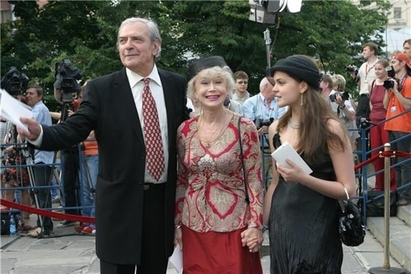 Светлана Немоляева с мужем Александром Лазаревым и внучкой Полиной.