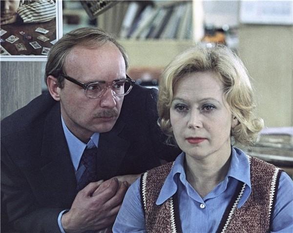 «Роль Оли в «Служебном романе» – женщины после сорока, которая полюбила, – очень глубокая роль. Поэтому я не отмахиваюсь от этих достижений и не досадую, что меня узнают по ним», - говорит актриса.
