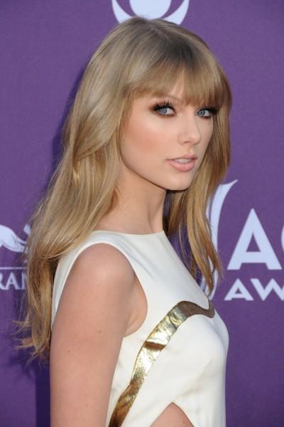 В прошлом году Тейлор Свифт стала одной из двух единственных (второй стала Кэрри Андервуд) в истории представительниц жанра кантри, вошедших в список «Королевы Поп-музыки». Самая сексуальная королева поп-музыки оказалась на восьмой строчке рейтинга.